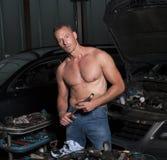 Afrikanischer Mechaniker, der an Fahrzeug arbeitet Lizenzfreies Stockbild