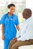 Afrikanischer medizinischer älterer Mann stockfoto