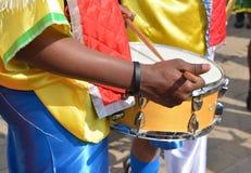 Afrikanischer Musiker, der Trommel im Festival spielt stockbild