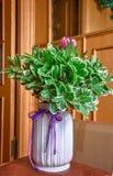 Afrikanischer Proteablumenstrauß im weißen Vase stockbild