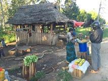 Afrikanischer provinzieller Straßenrandmarkt Stockfoto