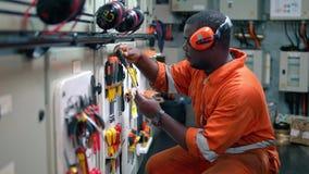 Afrikanischer Schiffsingenieuroffizier in Maschinenleitstelle ECR stock video