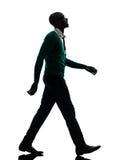 Afrikanischer schwarzer Mann, der oben lächelndes Schattenbild silhouet schauend geht Stockfoto