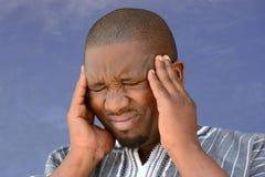 Afrikanischer schwarzer Mann mit Kopfschmerzen Stockfotos