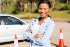 Afrikanischer Studentenfahrer im Versuchsgelände stockfoto