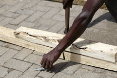 Afrikanischer Tischler arbeitet mit Holz stockbild