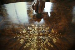 Afrikanischer Tischler Polishing Antiques Stockfoto