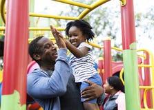 Afrikanischer Vater und Kind auf einem Park stockfotografie