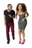 Afrikanischer vorbildlicher Couple Together Having-Spaß im Studio, in voller Länge lizenzfreie stockfotografie