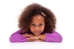 Afrikanisches asiatisches Mädchen, das sich auf dem Fußboden hinlegt Stockfoto