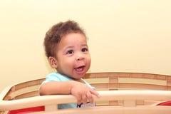 Afrikanisches Baby, das auf seinem Spielzeug sitzt stockfotos