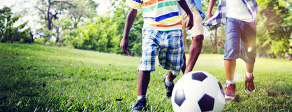 Afrikanisches Bruder-Playing Football Outdoors-Konzept Stockfotos