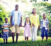 Afrikanisches Familien-Glück-Feiertags-Ferien-Tätigkeits-Konzept Lizenzfreie Stockfotos