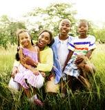Afrikanisches Familien-Glück-Feiertags-Ferien-Tätigkeits-Konzept Stockfotografie