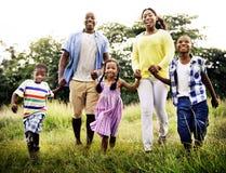 Afrikanisches Familien-Glück-Feiertags-Ferien-Tätigkeits-Konzept Stockfotos