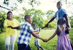 Afrikanisches Familien-Glück-Feiertags-Ferien-Tätigkeits-Konzept Stockbilder