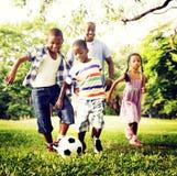 Afrikanisches Familien-Glück-Feiertags-Ferien-Tätigkeits-Konzept Lizenzfreie Stockfotografie