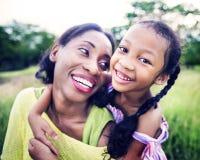 Afrikanisches Familien-Glück-Feiertags-Ferien-Tätigkeits-Konzept Lizenzfreie Stockbilder