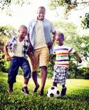 Afrikanisches Familien-Glück-Feiertags-Ferien-Tätigkeits-Konzept Stockbild