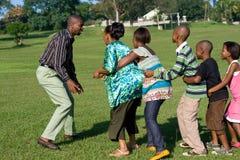 Afrikanisches Familienspielspiel stockfoto