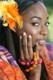 Afrikanisches Frauen-Gelb: Lächeln und glücklich Stockfoto