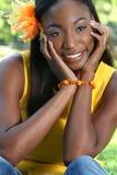 Afrikanisches Frauen-Gelb: Lächeln und glücklich Stockbild