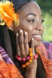Afrikanisches Frauen-Gelb: Lächeln und glücklich Stockfotos