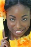 Afrikanisches Frauen-Gelb: Lächeln und glückliches Gesicht Lizenzfreie Stockfotos