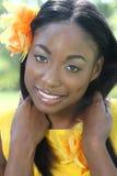 Afrikanisches Frauen-Gelb: Lächeln und glückliches Gesicht Stockfoto
