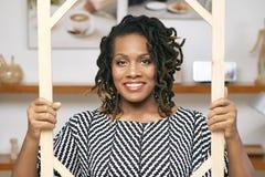 Afrikanisches Geschäftsfrauporträt lizenzfreie stockbilder
