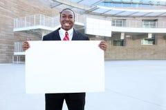 Afrikanisches Geschäftsmann-Holding-Zeichen Lizenzfreie Stockfotografie