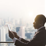 Afrikanisches Geschäftsmann-Using Digital Tablet-Konzept Lizenzfreie Stockfotos