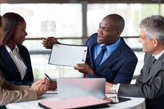 Afrikanisches Geschäftsmanndarstellen Stockfoto