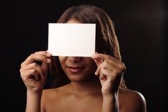 Afrikanisches glückliches schönes Mädchen Lizenzfreie Stockfotografie