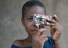 Afrikanisches Jungenhaus machte Kamera Lizenzfreie Stockbilder