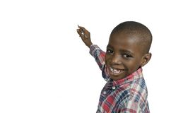 Afrikanisches Jungenschreiben mit Bleistift, Freiexemplarraum Stockbild