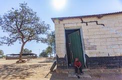 Afrikanisches Kind auf Türstufe Stockbilder