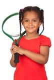 Afrikanisches kleines Mädchen mit einem Tennisschläger Lizenzfreie Stockbilder