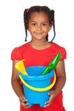 Afrikanisches kleines Mädchen mit Strandspielwaren Lizenzfreie Stockfotografie