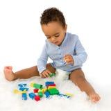 Afrikanisches Kleinkind mit Blöcken Lizenzfreie Stockbilder