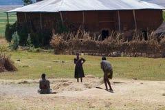 Afrikanisches Landleben und Ackerland Stockfotos