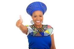 Afrikanisches Mädchen, das Daumen aufgibt Lizenzfreie Stockfotografie