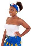 Afrikanisches Mädchen, das traditionelle Kleidung trägt Stockbild