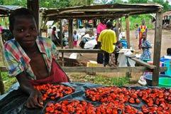 Afrikanisches Mädchen im Markt Stockfotos