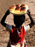 Afrikanisches Mädchen mit Brotbrötchen Lizenzfreie Stockfotos