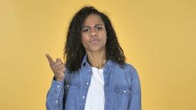 Afrikanisches Mädchen mit Frustration und Ärger lokalisiert auf gelbem Hintergrund stock video