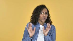 Afrikanisches Mädchen verwirrt und von den Problemen erschrocken lokalisiert auf gelbem Hintergrund stock video footage