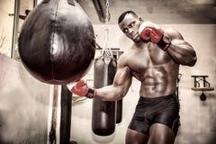 Afrikanisches männliches tragendes Verpacken des lochenden Balls des Boxers lizenzfreie stockfotos