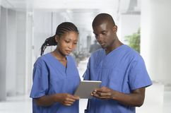 Afrikanisches pysician Team mit Tablet-PC in der Klinik Lizenzfreie Stockfotografie