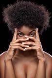 Afrikanisches Schönheitsbedeckungsgesicht mit den Händen Lizenzfreie Stockfotografie